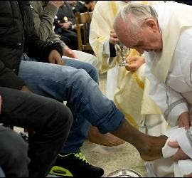 Francisco lava los pies