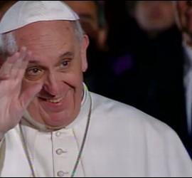 El Papa saluda, al llegar al Coliseo