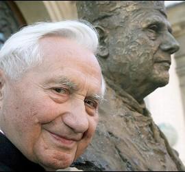 Georg Ratzinger, junto a una estatua de su hermano