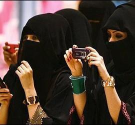Mujeres ricas con velo islámico en Arabia Saudí.