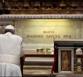 Francisco oró ante la tumba de Juan Pablo II