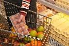 Una mujer comprando huevos en un supermercado.