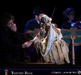 El tenor que interpreta a Uberto da la mano al títere de Serpina.