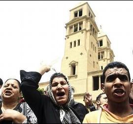 Cristianos egipcios manifestándose frente a la catedral de Abasiya