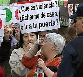 Escrache de militantes de la PAH y del 15M.