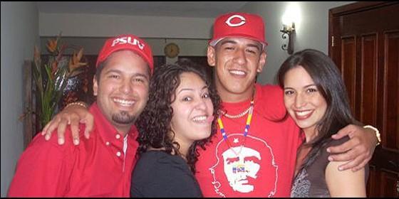 Huguito Chávez, su colega y sus novias.