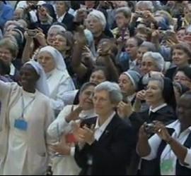MOnjas en la audiencia del Papa
