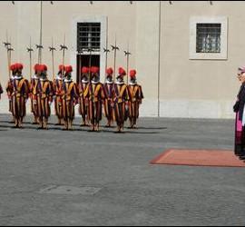 Napolitano y la guardia suiza
