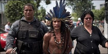 Un indio detenido en las protestas de Brasil.