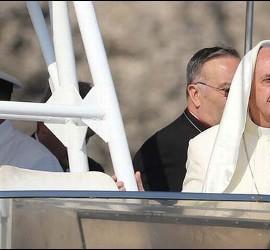 El Papa llora a bordo del barco en Lampedusa