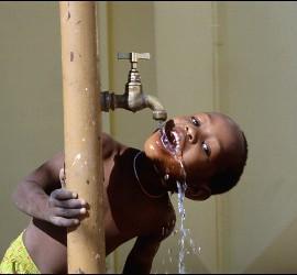 Niño y el agua