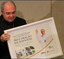 Orani Tempesta, arzobispo de Rio, con un cartel de la JMJ
