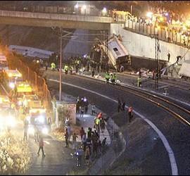 Bomberos y médicos trabajn para rescatar muertos y heridos de los restos del tren Alvia que cubría la ruta entre Madrid y Ferrol.