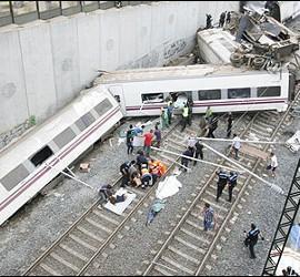 El tren Alvia, que cubría la ruta entre Madrid y Ferrol, descarrilado sobre la vía.