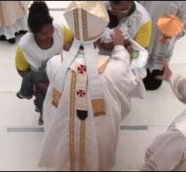 Los padres de la niña descerebrada saludan al Papa