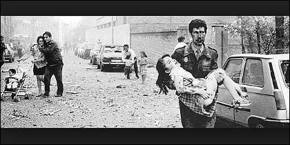 Un guardia civil herido saca a una de las niñas víctima del atentado de ETA en la casa cuartel de Zaragoza.