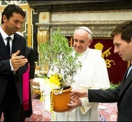 Messi y Buffon obsequian al Papa durante la audiencia