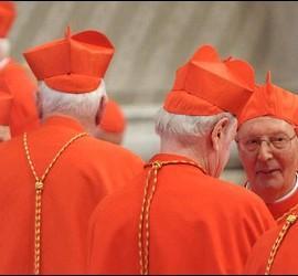 Prosper Grech conversa con otros cardenales