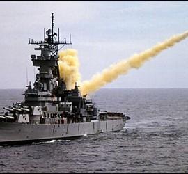 Un buque de guerra de EEUU lanzando un misil Tomahawk.
