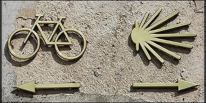 Senalización y marcas para peregrinos en el Camino de Santiago.