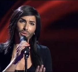 Conchita Wurts en plena canción