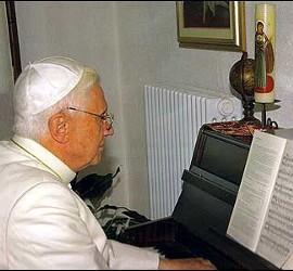 Benedicto XVI tocando el piano