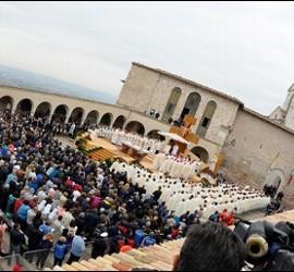 Panorámica de la explanada de Asís durante la misa del Papa