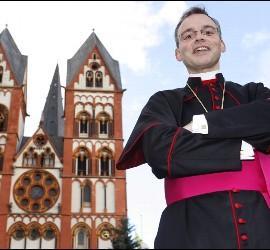 El obispo de Limburgo posa orgulloso ante su 'modesta' casa