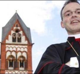 Franz-Peter Tebartz-van Elst, obispo de Limburgo, ante su lujosa residencia