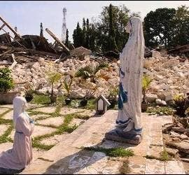 La Virgen, en pie en Filipinas