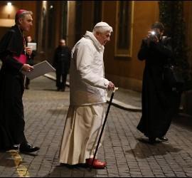 Benedicto XVI, acompañado por su secretario personal