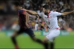 Coke disputa a Neymar un balón.