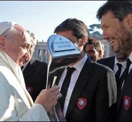 El Papa con la Copa del San Lorenzo de Almagro