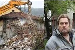 El búlgaro junto a las ruinas de su casa que iba a ser embargada