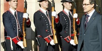 Artur Mas saludado por los Mossos d'Esquadra.