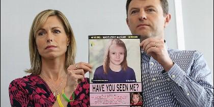 Los padres de Madleine McCann, con un retrato que la representa como sería en 2014.