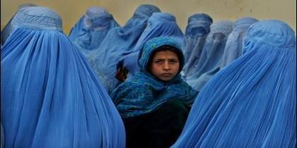 Mujeres afganas con burka, el velo islámico local, que imponen los talibán en Afganistán.