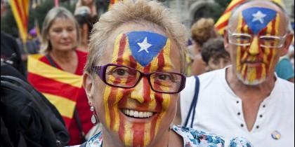 Banderas esteladas y manifestantes por la independencia de Cataluña.