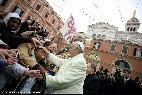 Papa saluda a inmigrantes