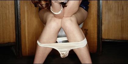 Una mujer en un váter