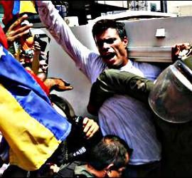 Los poli´cias chavistan meten a Leopoldo López en la tanqueta que lo traslada al Palacio de Justicia.