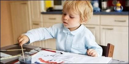 Niño pintando