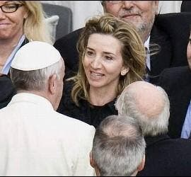 El Papa saluda a la Consejera de Cultura y Turismo de Castilla León