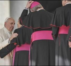 El Papa saluda a varios obispos