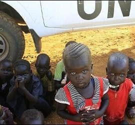 Niños de Sudán del Sur ante un camión de las Naciones Unidas