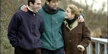 Egoitz Urrutikoetxea (izqda.) con su padre, Josu Ternera, y su hermana, Irati.