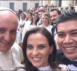 Selfie del Papa con una pareja de novios de México