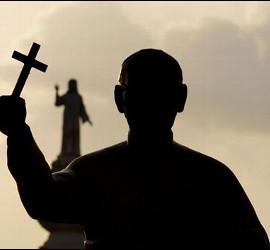 Estatua de Óscar Romero frente a la del Salvador del Mundo, en la plaza monumental de San Salvador