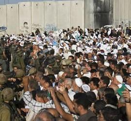 Cristianos palestinos protestan por las restricciones ante el Muro
