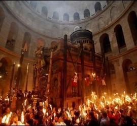 Procesión del fuego sagrado en la basílica del Santo Sepulcro